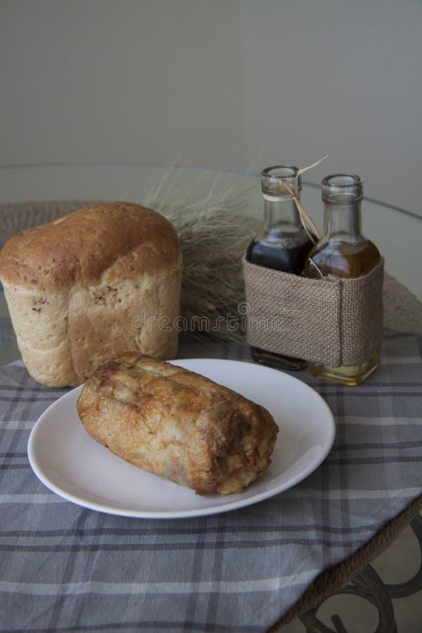 Kippenbroodje met tarwebrood stock afbeelding