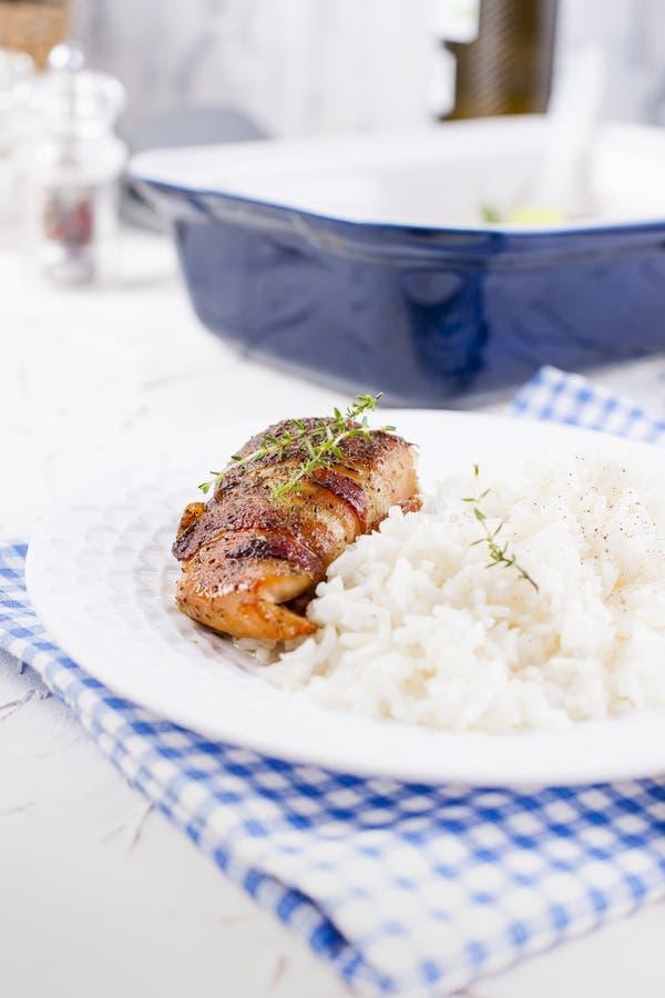 Kippenbroodjes met bacon en witte rijst Heerlijk Gezond Voedsel Chinees en Amerikaans voedsel op een witte achtergrond Vrije ruim royalty-vrije stock afbeelding