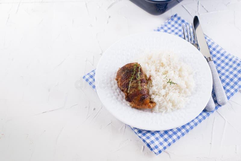 Kippenbroodjes met bacon en witte rijst Heerlijk Gezond Voedsel Chinees en Amerikaans voedsel op een witte achtergrond Vrije ruim royalty-vrije stock afbeeldingen