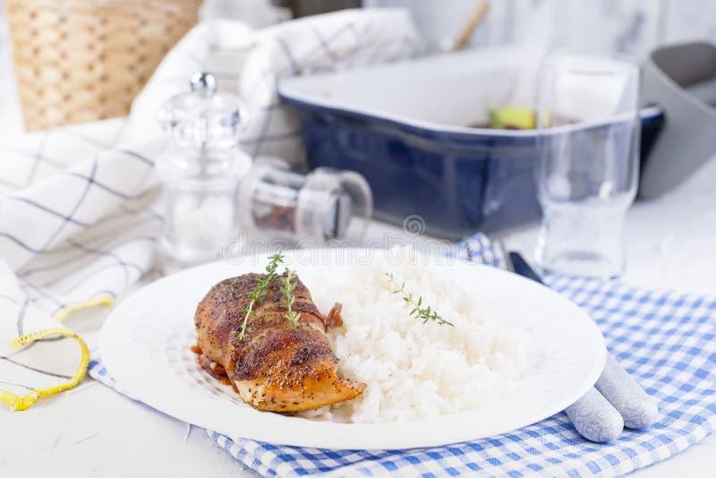Kippenbroodjes met bacon en witte rijst Heerlijk Gezond Voedsel Chinees en Amerikaans voedsel op een witte achtergrond Vrije ruim stock fotografie