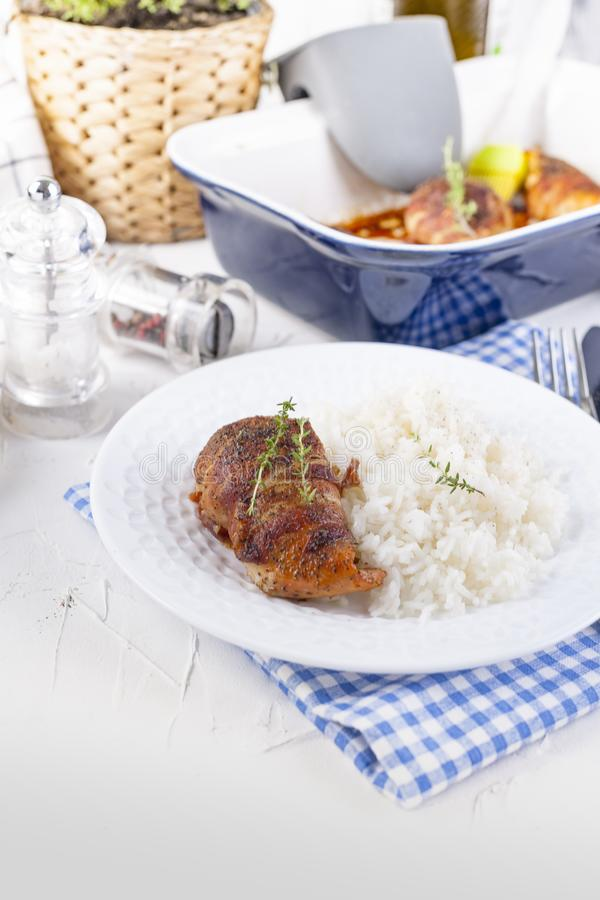 Kippenbroodjes met bacon en witte rijst Heerlijk Gezond Voedsel Chinees en Amerikaans voedsel op een witte achtergrond Vrije ruim stock afbeelding