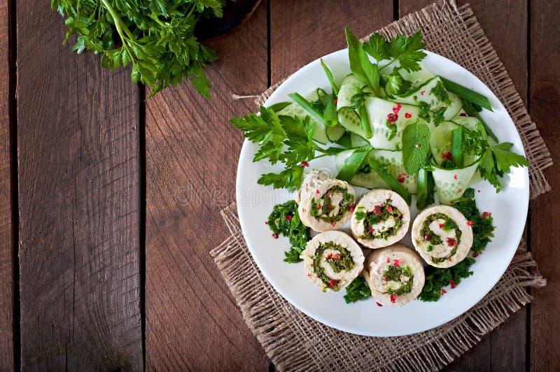 Kippenbroodjes met greens en verse groentesalade stock afbeeldingen