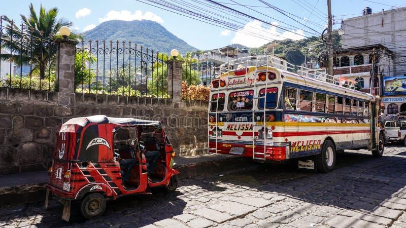 Kippenbus met Tuktuk in Antigua, Guatemala royalty-vrije stock afbeelding