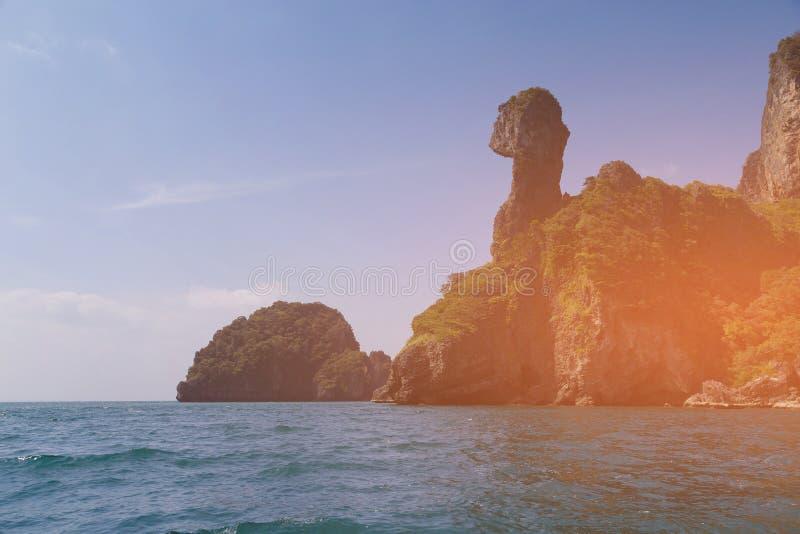 Kippeneiland over overzeese kust, Krabi Thailand stock foto's