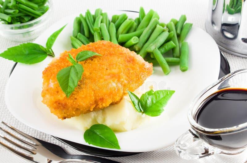 Kippenfilet, fijngestampte aardappels en kruiden royalty-vrije stock afbeeldingen