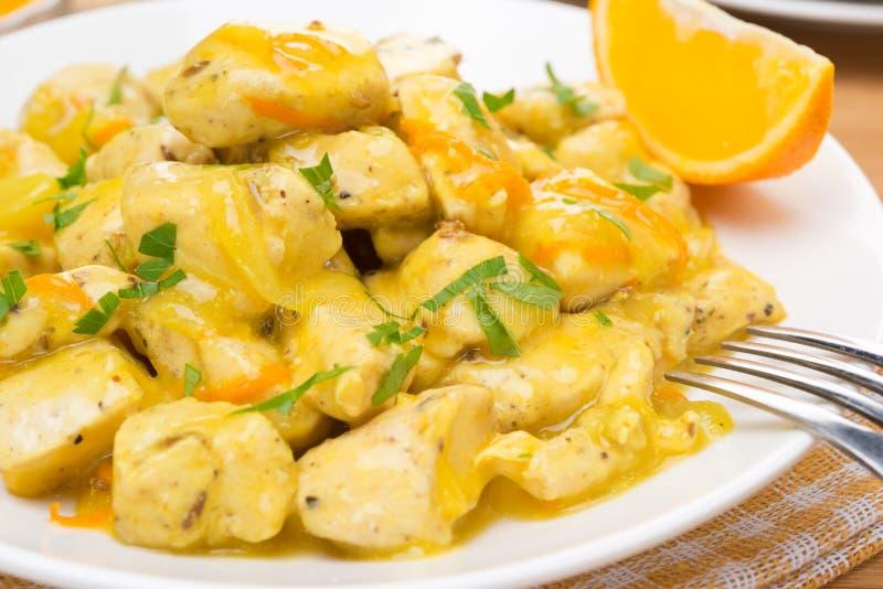 Kippenfilet met oranje saus op een plaat, close-up royalty-vrije stock foto's