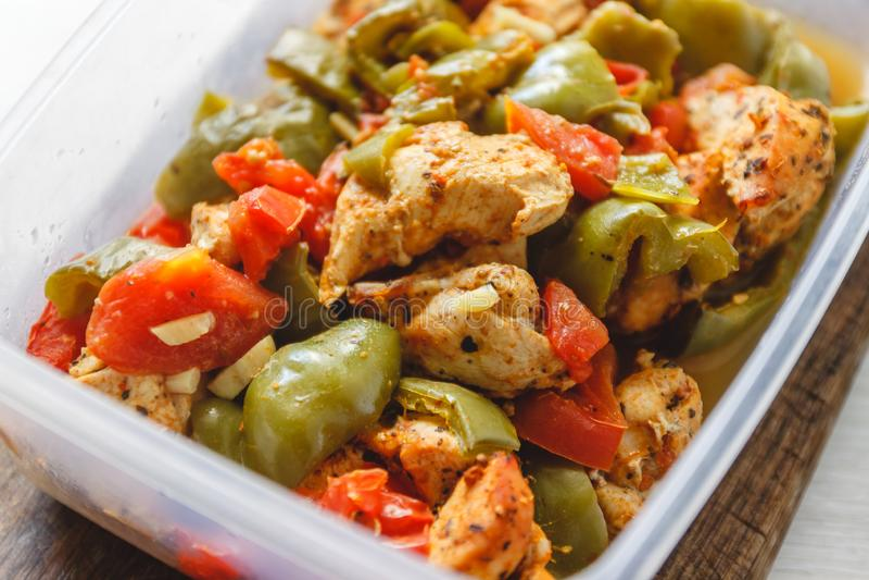 Kippenhutspot en diverse groente-peper, tomaat, courgette in plastic schepen voor opslag in de ijskast of vorst stock afbeelding