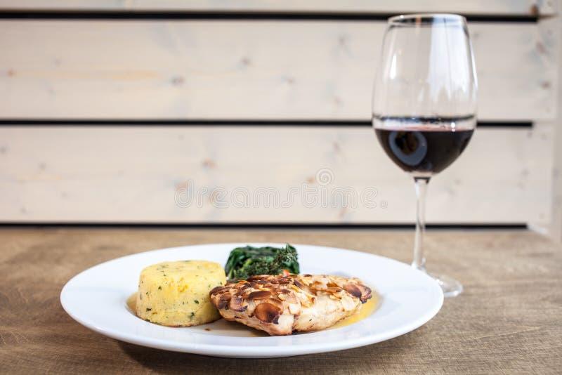 Kippenkant met buitensporige tomaat en soja met glas wijn stock foto