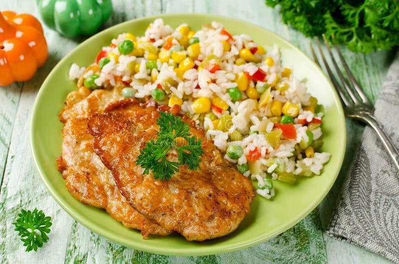 Kippenkarbonades met rijst en groenten royalty-vrije stock foto