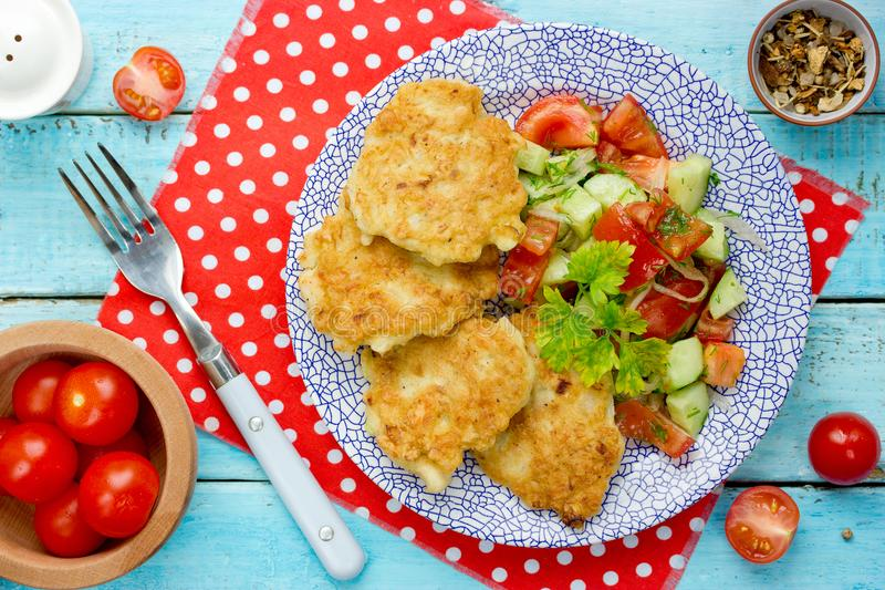 Kippenkarbonades met salade royalty-vrije stock foto