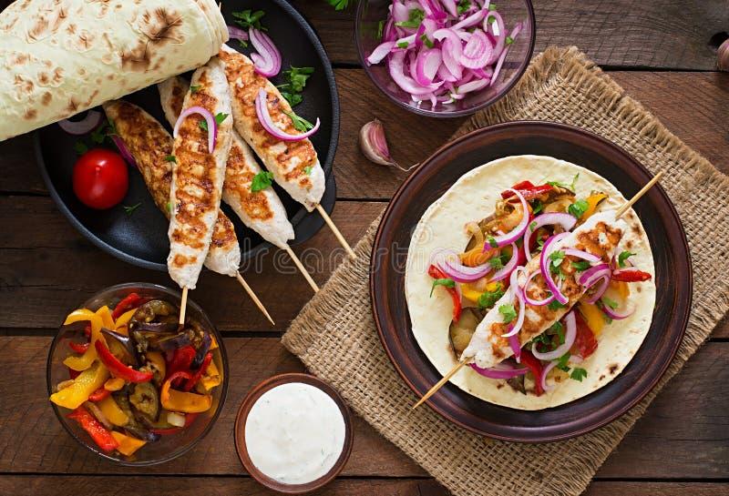 Kippenkebab met geroosterde groenten Hoogste mening royalty-vrije stock afbeelding
