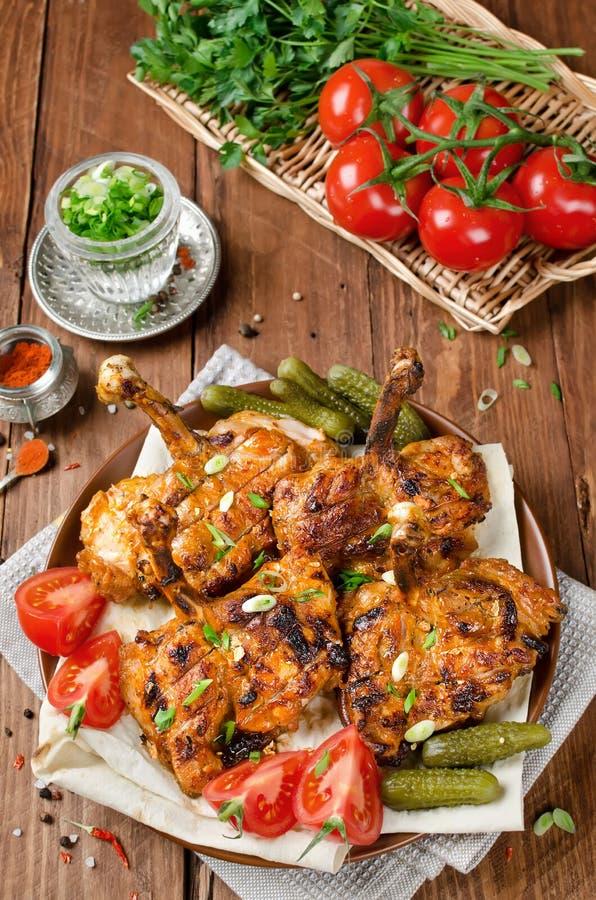 Kippenkebab met pitabroodje, tomaten en ingelegde komkommers stock foto's