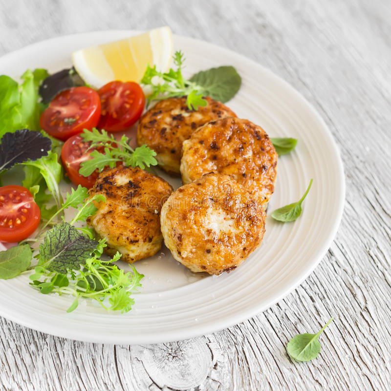 Kippenkoteletten en verse groentesalade stock foto