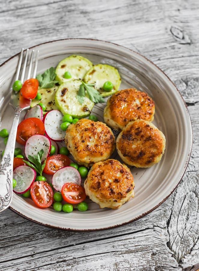 Kippenkoteletten, geroosterde courgette en verse groentesalade royalty-vrije stock fotografie