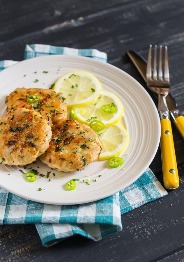 Kippenkoteletten met citroen en kruiden op een witte plaat royalty-vrije stock foto