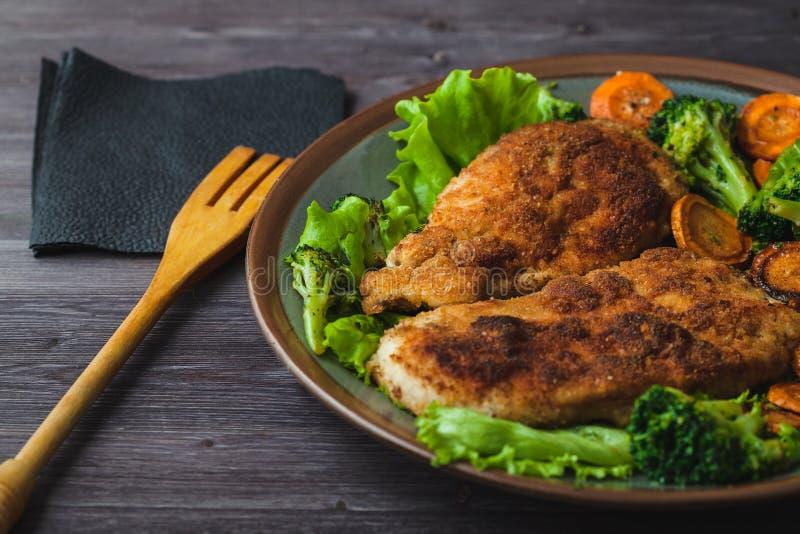 Kippenlapje vlees in broodkruimels met groenten op een plaat Menu, restaurantconcept Binnen gediend royalty-vrije stock afbeelding