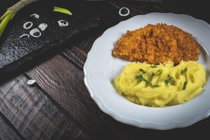 Kippenlapje vlees of schnitzel met fijngestampte aardappels stock afbeelding