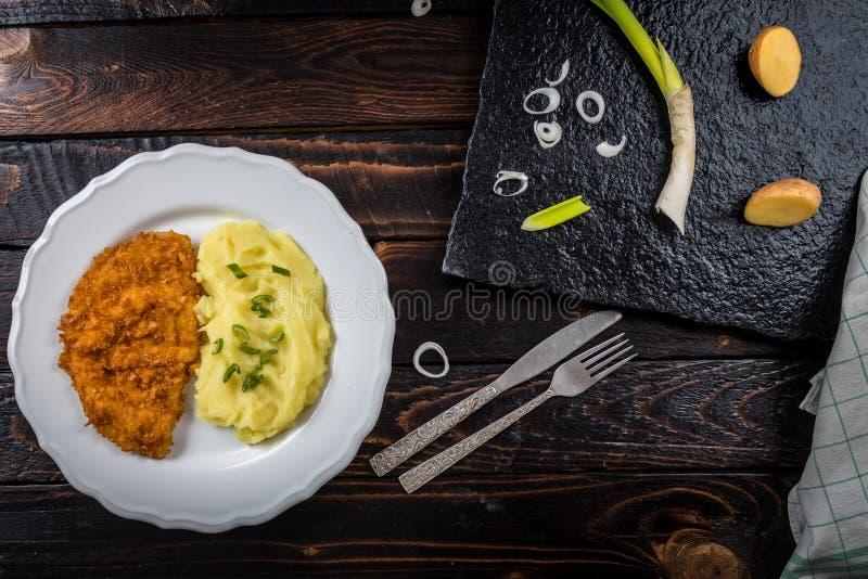 Kippenlapje vlees of schnitzel met fijngestampte aardappels stock foto