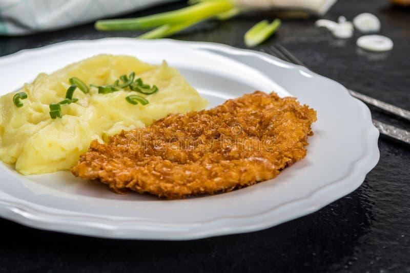 Kippenlapje vlees of schnitzel met fijngestampte aardappels royalty-vrije stock foto