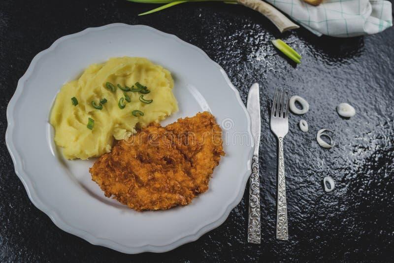 Kippenlapje vlees of schnitzel met fijngestampte aardappels stock fotografie