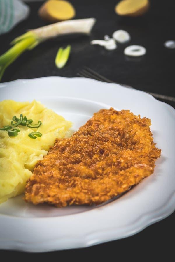 Kippenlapje vlees of schnitzel met fijngestampte aardappels royalty-vrije stock afbeeldingen