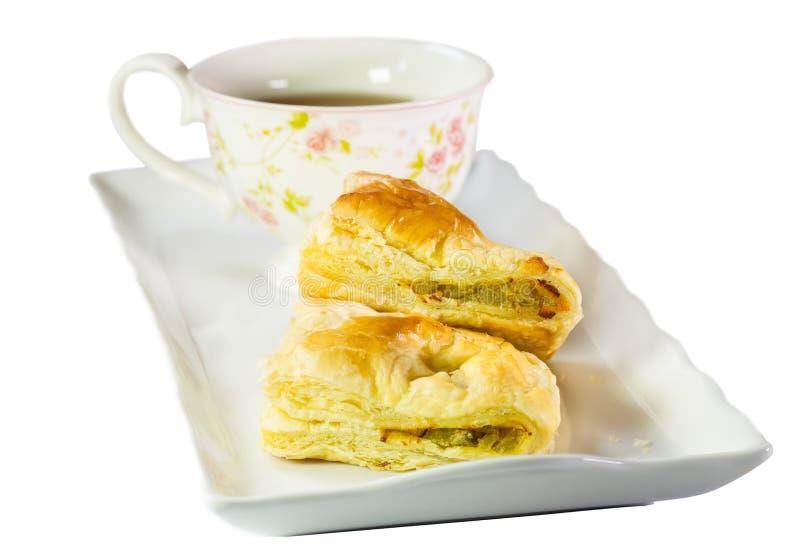 Kippenpastei en thee, op witte achtergrond wordt geïsoleerd die royalty-vrije stock afbeeldingen