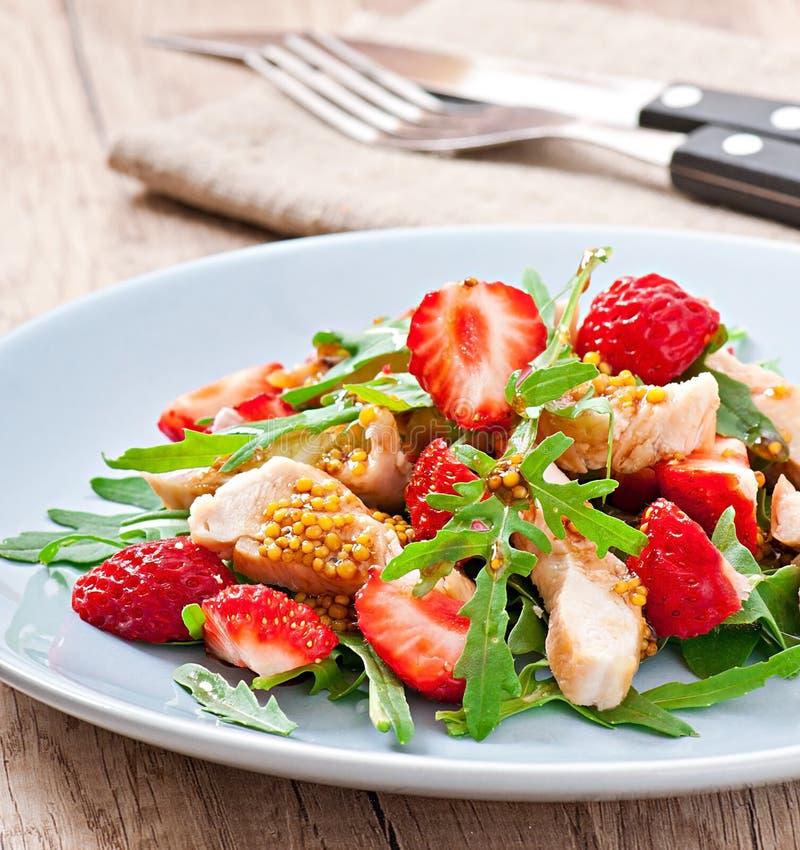 Kippensalade met arugula en aardbeien stock afbeelding