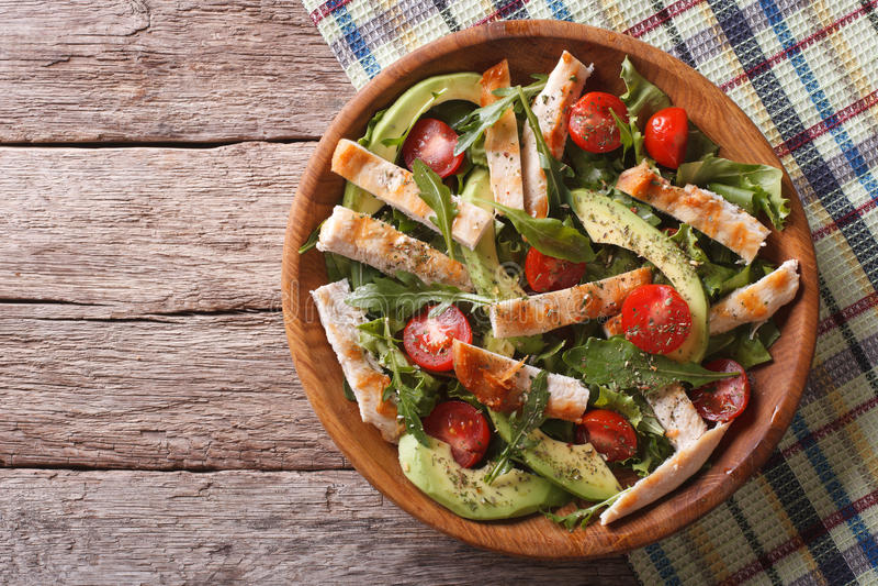 Kippensalade met avocado, arugula en tomaten horizontale bovenkant stock afbeeldingen