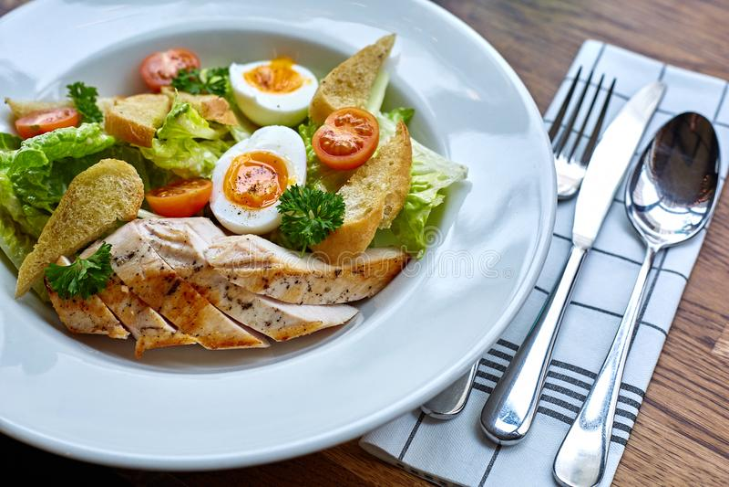 Kippensalade met bladgroenten, snijbiet, eieren, bulgur en kersentomaten royalty-vrije stock fotografie