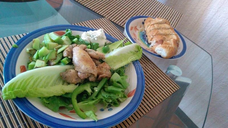 Kippensalade met piment en plantaardige peer stock foto's