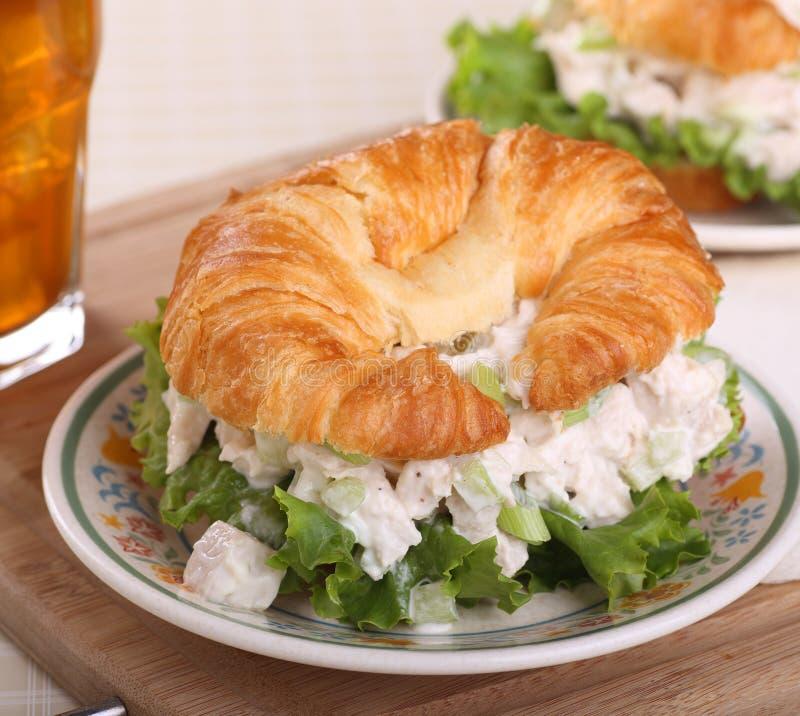 Kippensalade op Croissantbroodje stock foto's