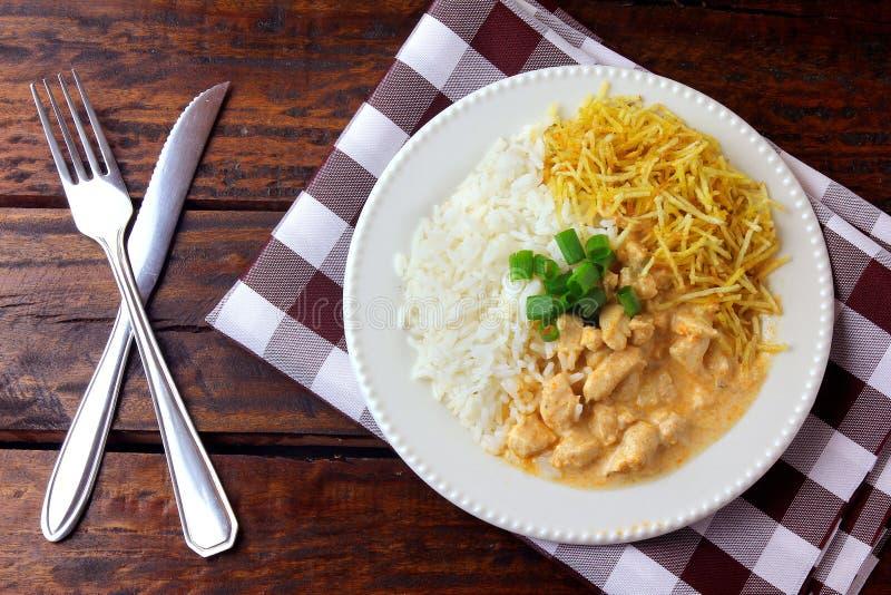 Kippenstroganoff, is een schotel uit Russische keuken die in Brazilië uit zure room met tomatenuittreksel, rijst samengesteld is royalty-vrije stock foto's