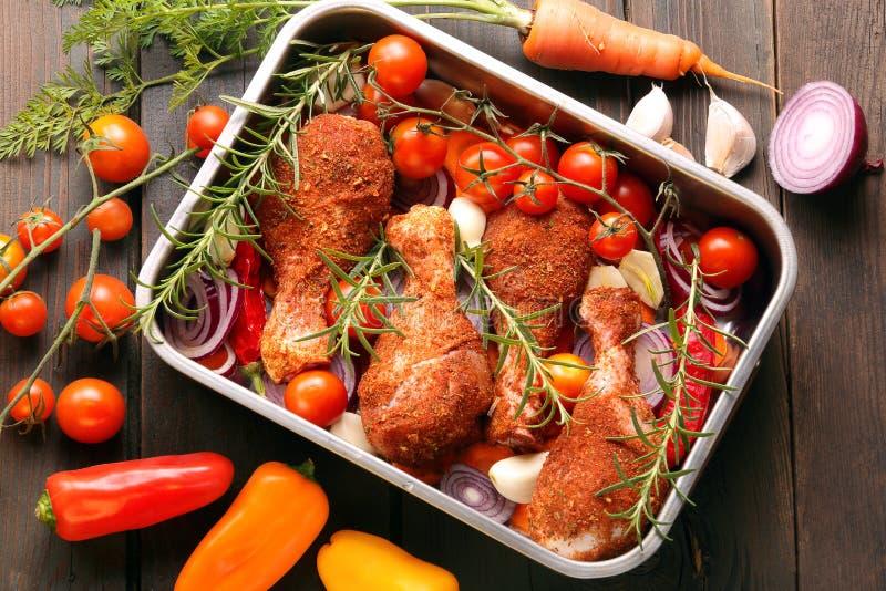 Kippentrommelstokken op het roosteren in een pan worden voorbereid die royalty-vrije stock foto