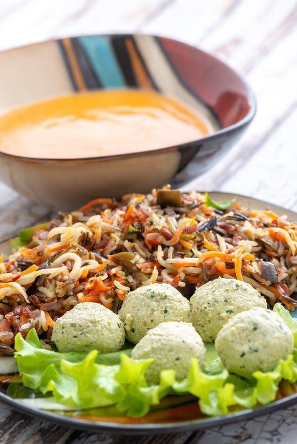 Kippenvleesballetjes, wilde rijst en soep stock afbeelding