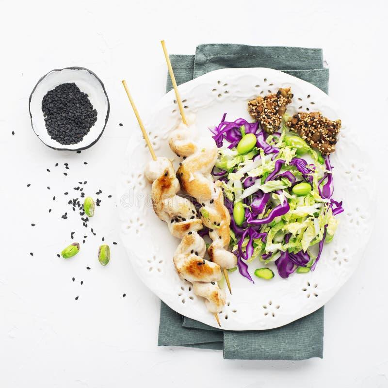 Kippenvleespennen met koolsla met bonen en pistaches Op een lichte achtergrond Hoogste mening stock foto