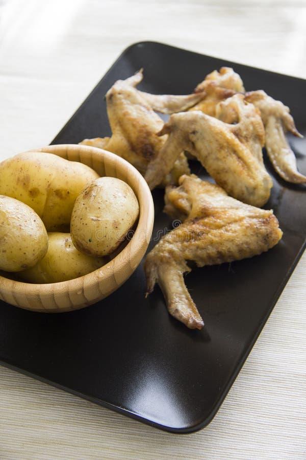 Kippenvleugels en aardappelclose-up 3/4 royalty-vrije stock foto