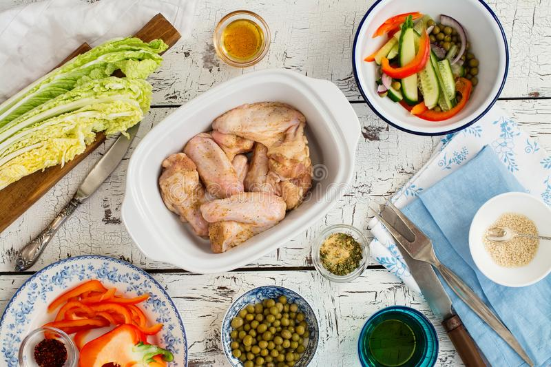 Kippenvleugels klaar voor baksel royalty-vrije stock afbeelding