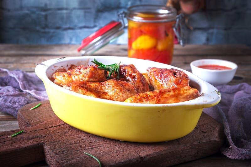 Kippenvleugels, Oven Baked en Geroosterd Eigengemaakt smakelijk voedsel Houten Lijstachtergrond, Rustieke Stillevenstijl stock afbeeldingen