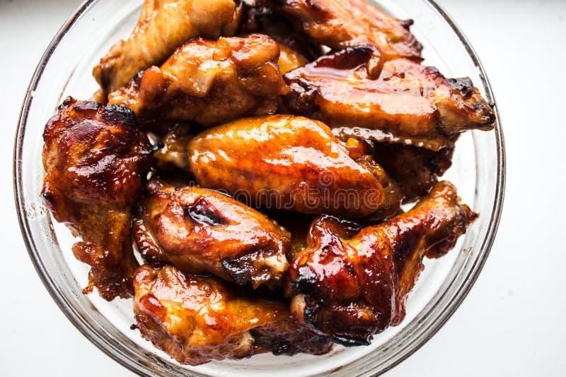 Kippenvleugels in soja en honingssaus stock afbeelding