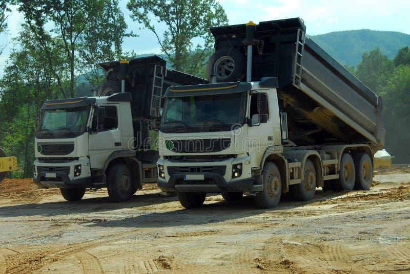Kipper mit zwei großer LKWs bei der Arbeit stockfotografie