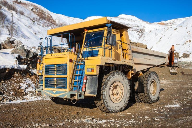 Kipplaster mit Erz in einem Bergwerk lizenzfreies stockfoto