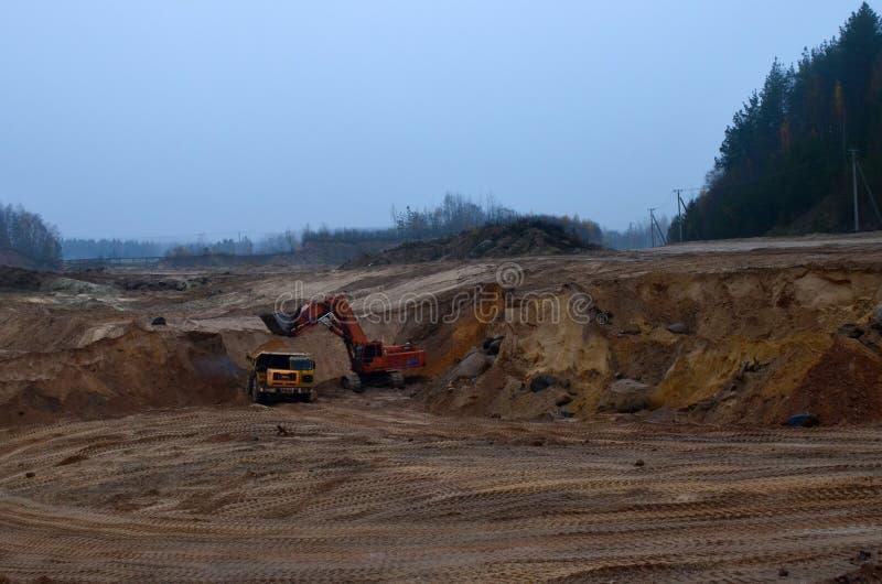Kipplaster- oder Bergbau-LKW ist Minenmaschiene oder die Bergwerksausrüstung, zum der Kohle von übertägigem zu transportieren lizenzfreie stockbilder