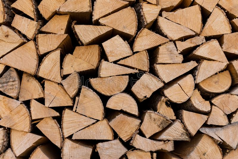 Kirchberg em Tirol, Tirol/Áustria - 24 de março de 2019: A madeira empilhou e esperando para ser usado para dentro para o lugar fotos de stock royalty free