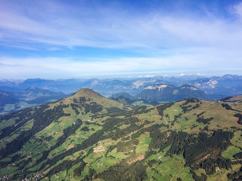 Kirchberg, Tirol/Áustria - em setembro de 2015: vista nos cumes da paisagem e do austríaco da cesta ballooning fotos de stock