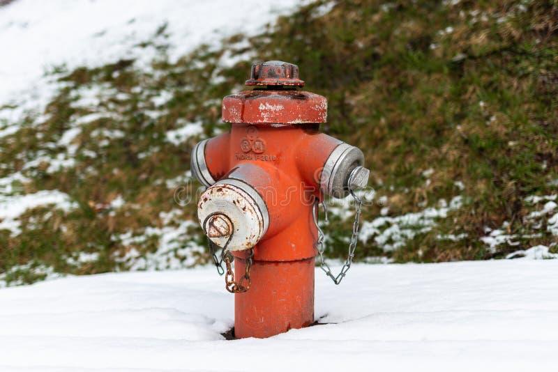 Kirchberg in Tirolo, Tirolo/Austria - 26 marzo 2019: Parte superiore di idrante antincendio nel rosso facendo uso di profondità  fotografie stock