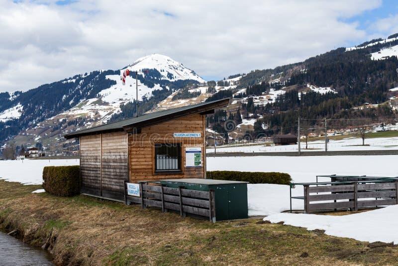 Kirchberg w Tirol Tirol, Austria,/: Marzec 28 2019: Świetlicowy budynek wzorcowego samolotu klub i lotnisko właśnie na zewnąt zdjęcie stock