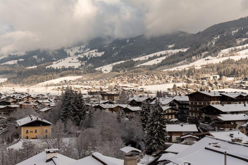 Kirchberg w Tirol Tirol, Austria, Marzec 26 2019,/-: Widok od balkonu nad śniegiem zakrywał wioskę obrazy stock