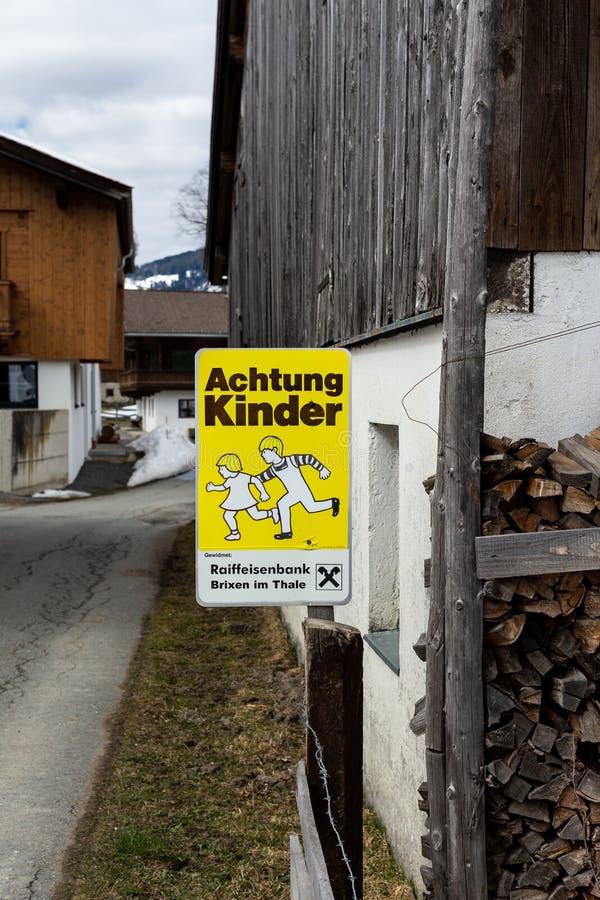 Kirchberg w Tirol Tirol, Austria,/: Marzec 28 2019: Znak ostrzegawczy że dzieci można nagle krzyżować drogę obraz stock