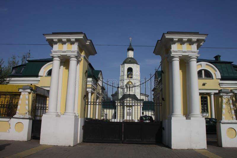 Kirche außerhalb der Tore des russischen Landsitzes lizenzfreie stockfotos