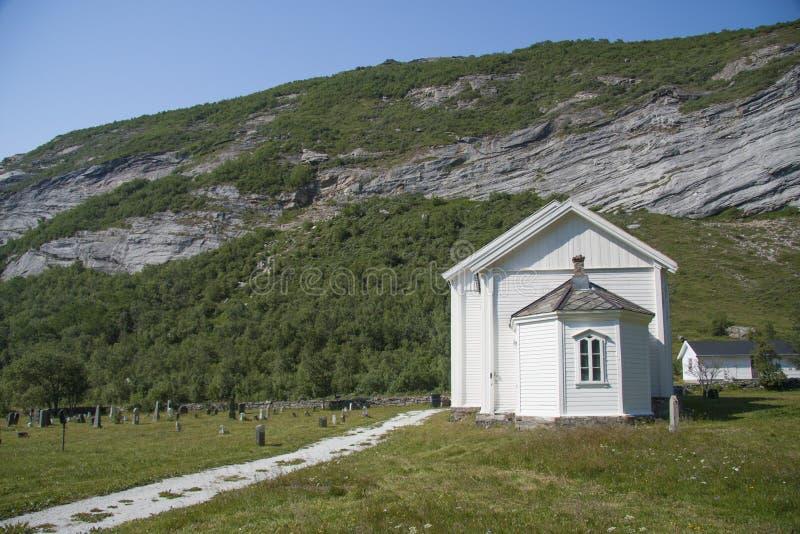 Kirche auf Dønna-Insel Nord-Norwegen lizenzfreie stockfotos